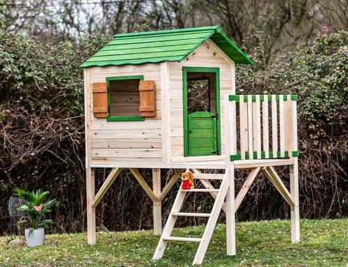 Maisonnette en bois pour enfant sur pilotis peinte